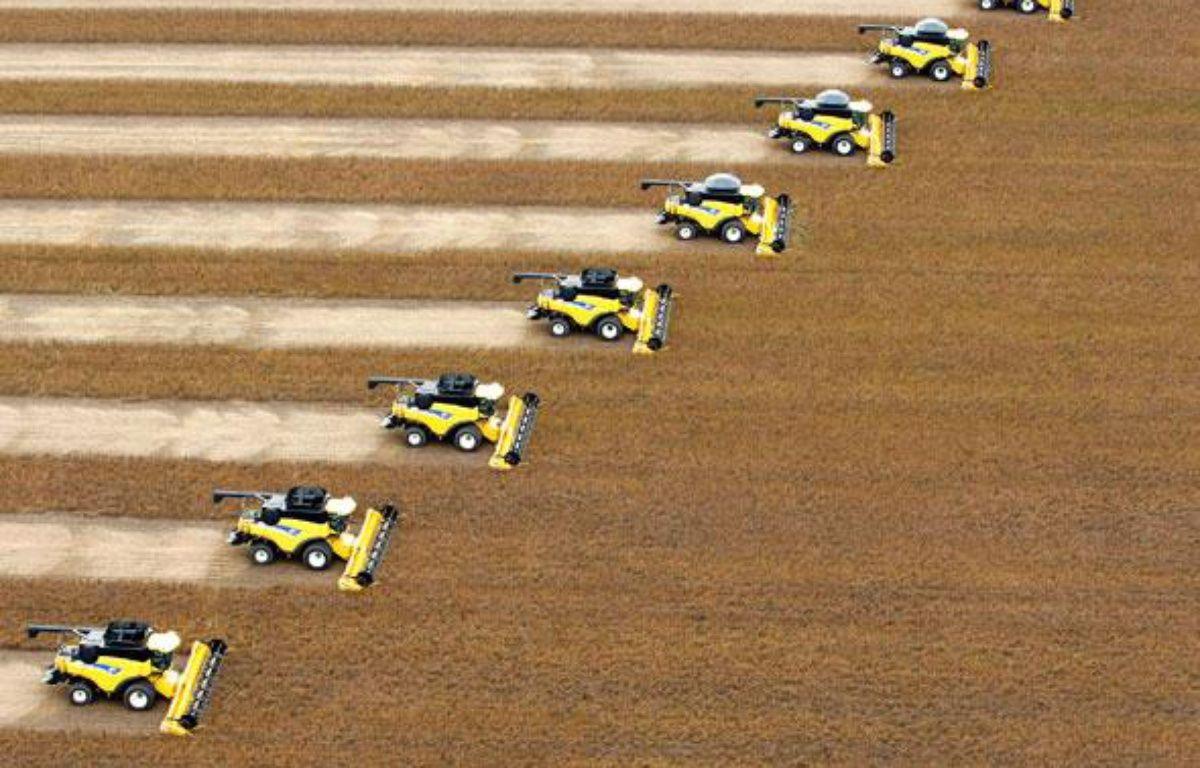 Récolte du soja dans une ferme de Correntina, Brésil, le 1er avril 2010. – P. WHITAKER / REUTERS