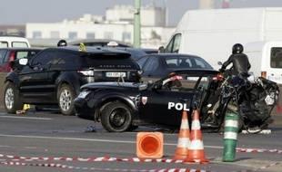 Les gardes à vue du chauffard de 22 ans qui a tué jeudi deux policier en percutant leur voiture avec un 4x4 noir sur le périphérique parisien, et de son passager, ont été prolongées vendredi matin.