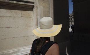 Une jeune femme cherche l'ombre du côté du Louvre, à Paris