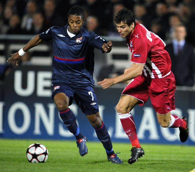 Yoann Gourcuff face au Lyon de Bastos lors du dernier match de Ligue des champions en 2010.