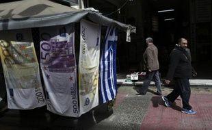 Des serviettes sur lesquelles sont imprimés des billets en euros, à Athènes en mars 2015