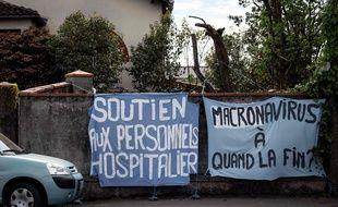 La banderole «Macronavirus à quand la fin?» était déployée sur le mur d'une résidence toulousaine.