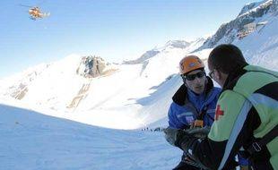 Un  exercice de sauvetage en montagne a mobilisé une centaine de CRS,  secouristes, pisteurs, médecins, le mercredi 11 décembre 2013 aux  Deux-Alpes (Isère).