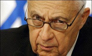 L'état de santé du Premier ministre israélien, Ariel Sharon, dans le coma depuis début janvier, s'est encore dégradé samedi nécessitant une opération intestinale d'urgence qui, selon les médecins, a écarté le risque de décès imminent.
