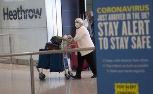 A l'aéroport d'Heathrow, les voyageurs en provenance de l'étranger doivent observer une quarantaine de 14 jours après leur arrivée.
