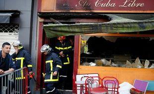 Les pompiers quittent le bar Au Cuba Libre, à  Rouen, où au moins 13 personnes ont été tuées dans un incendie.