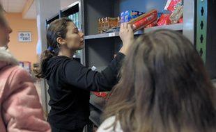 Aurelia, une bénévole des Restos du cœur lors d'une distribution de denrées alimentaires à Strasbourg en 2009 (photo d'illustration)