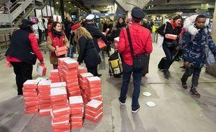 Arrivée des trains Gare Montparnasse avec plusieurs heures de retard et distribution de plateaux repas par le personnel SNCF aux voyageurs. Paris,le 3/12/2017.Crédit:Jacques Witt/Sipa/SIPA