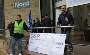 Les manifestants ont présenté un chèque factice de 27.500 euros pour rembourser les dégâts des manifestations.