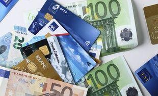 Des cartes bancaires et billets de banque (illustration).