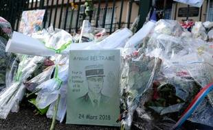 Un dessin représentant le colonel Arnaud Beltrame et des fleurs ont été déposés pour rendre hommage au gendarme qui a perdu la vie dans les attentats de l'Aude