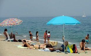 Des vacanciers sur la plage d'Argelès-sur-Mer, sur la mer Méditerranée, le 4 juillet 2015