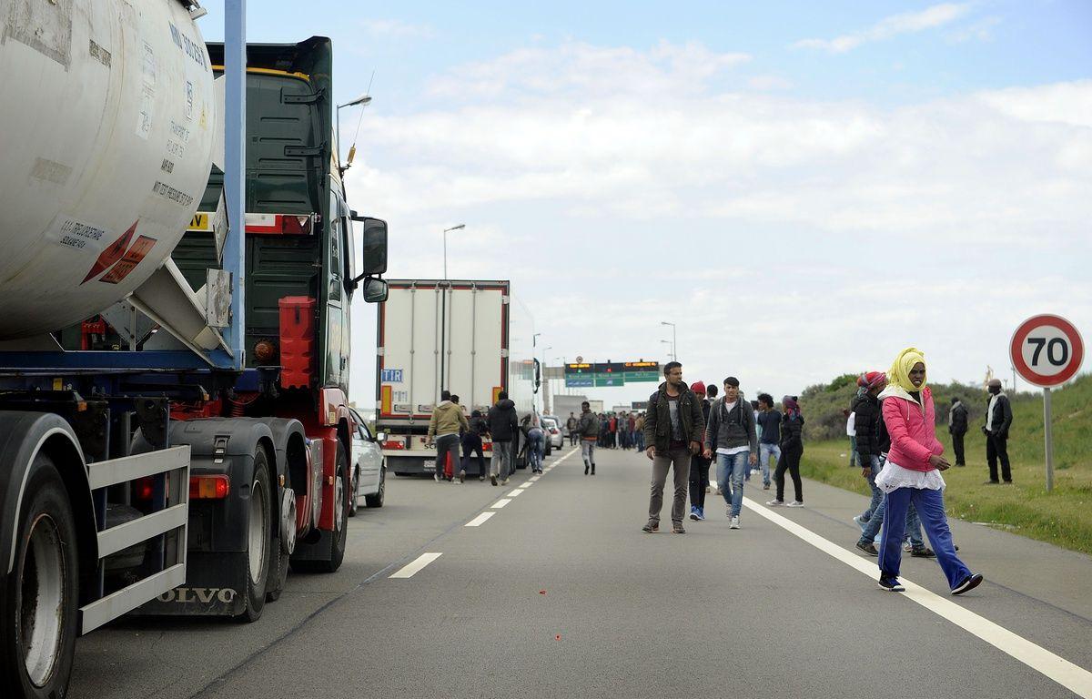 Illustration de migrants près des camions qui rejoignent l'Angleterre, à Calais.  – S. Alcalay / SIPA