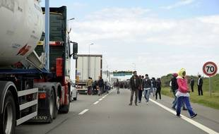 Illustration de migrants près des camions qui rejoignent l'Angleterre, à Calais.