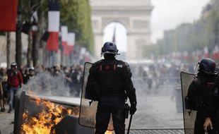 Tensions sur les Champs-Elysées occupées par des «gilets jaunes» à l'issue du défilé du 14-Juillet