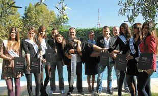 Les Miss aux côtés des représentants des Képis pescalunes, à Mauguio.