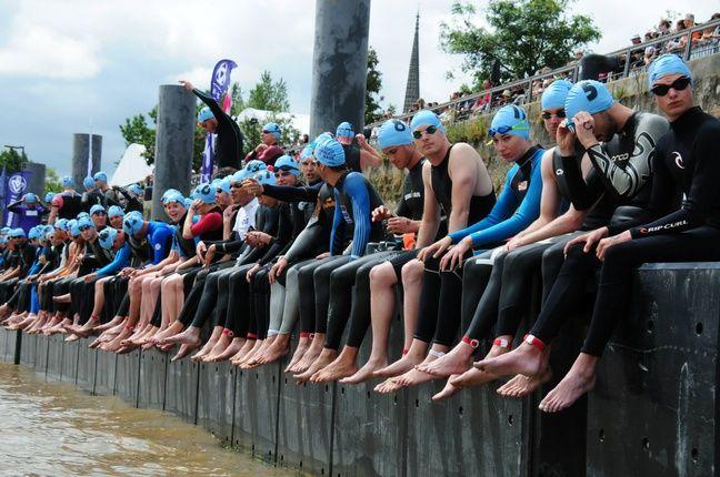 Les concurrents attendent le départ depuis le ponton de la rive gauche.