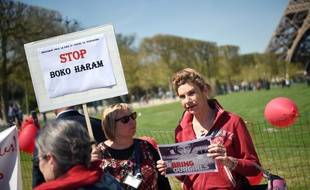 Virginie Tellenne, alias Frigide Barjot, tient une pancarte  enlèvements perpétrés par Boko Haram, lors d'une manifestation le 14 avril 2015 à Paris.