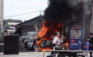 Une voiture brûle dans un parking après une explosion au Japon à Utsunomiya, au nord de Tokyo.