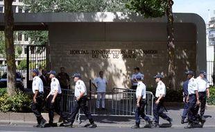 Les policiers se déploient devant l'hôpital du Val-de-Grâce, où est hospitalisé Nicolas Sarkozy, le 26 juillet 2009.