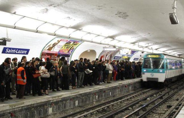 Des passagers attendent le métro à la station Saint-Lazare, à Paris, le 23 septembre 2010.