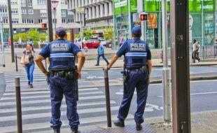 Des policiers municipaux patrouillant dans les rues du Mans, en mai 2018