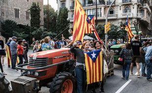 Des citoyens barcelonais défilent dans les rues, le 27 octobre 2017.