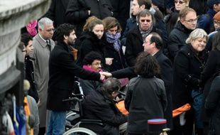 François Hollande avec des victimes et des familles de victimes des attentats, lors d'une cérémonie place de la République le 10 janvier 206 à Paris