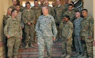 L'avion du numéro un de l'armée américaine a été touché au sol par un tir de roquette dans la nuit de lundi à mardi sur la base américaine de Bagram en Afghanistan, une attaque qui a fait deux blessés parmi les soldats américains, selon l'armée américaine.
