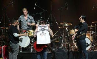 Jesse Hughes (C), le chanteur du groupe américain Eagles of Death Metal, avant le début du concert à l'Olympia à Paris, le 16 février 2016