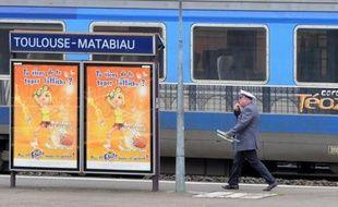 """Le hall de la gare de Toulouse Matabiau est calme comme un dimanche habituel ce 11 décembre: seul signe apparent du grand chambardement des horaires, des """"gilets rouges"""" informent les voyageurs et distribuent des bonbons, peut-être pour adoucir les déconvenues de certains passagers."""