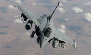Photographie prise le 17 octobre 2014 par l'Armée de l'Air française d'un avion Rafale armés de bombes laser, en mission de reconnaissance au-dessus l'Irak.