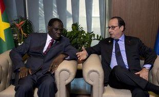 Le président François Hollande s'entretient avec le président par interim du Burkina Faso Michel Kafando, le 30 novembre 2014 à Dakar