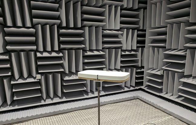 Sonos teste son enceinte Playbase dans une chambre anéchoïque.