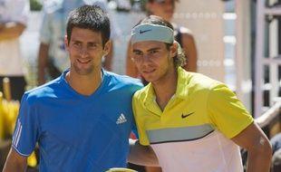 Le Serbe Novak Djokovic (à gauche) et l'Espagnol Rafael Nadal avant leur demi-finale de l'Open de Madrid, le 16 mai 2009