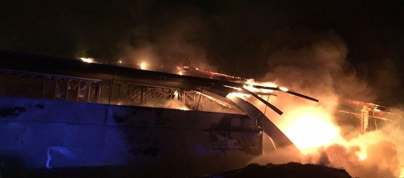 Le parc des expositions de Mayenne en proie à un violent incendie