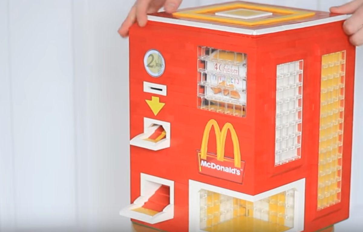 Le distributeur de nuggets en Lego a été conçu par deux YouToubeurs.  – Capture d'écran / YouTube