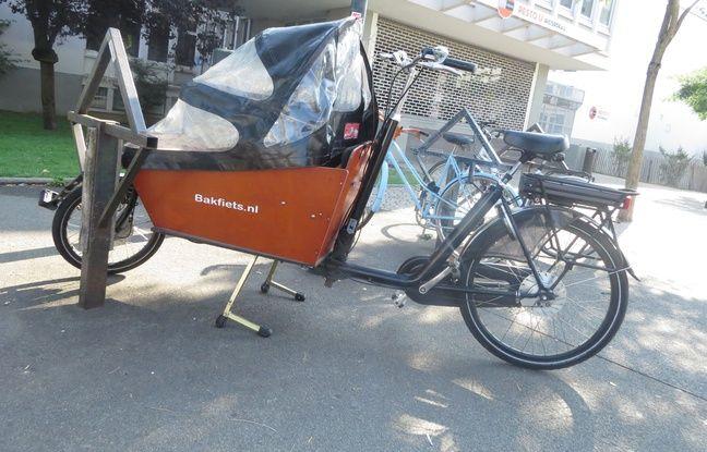 Un vélo cargo stationné dans les rues de Nantes