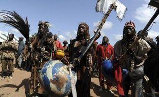 Parfois coiffés de masques d'animaux ou recouverts de grigris, tous portent un fusil: les dozos, chasseurs traditionnels accusés de multiples crimes, sont devenus des alliés encombrants pour le pouvoir de Côte d'Ivoire.
