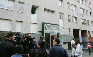 Des journalistes interviewent des riverains, le 14 octobre 2006 à Epinay-sur-Seine.