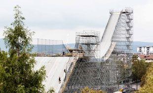 Le tremplin de 42 m installé à Annecy va peu à peu voir arriver 1.500 m3 de neige d'ici vendredi.