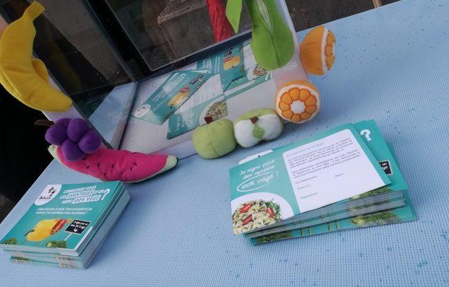 Les cartes à signer de l'association Animalsace pour que des repas végétaliens soient aussi proposés dans les restos U.