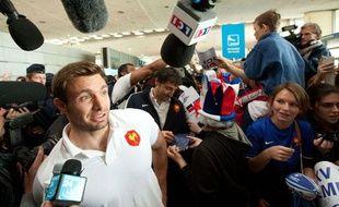 Vincent Clerc accueilli en héros à l'aéroport de Roissy Charles de Gaulle avec le XV de France, mercredi 26 octobre 2011.