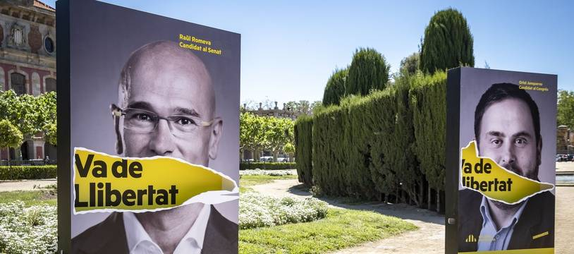 Des portraits des séparatistes catalans Raul Romeva et Oriol Junqueras affichés pendant la campagne électorale en Espagne.