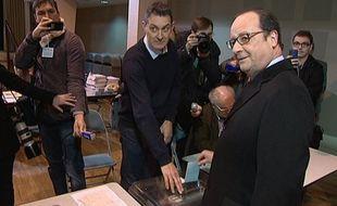 François Hollande a voté pour les élections régionales à Tulle, le 6 décembre 2015.