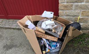 Le tas de déchets a été déposé devant le domicile de la contrevenante.