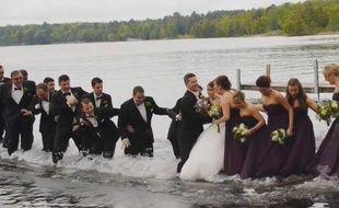 Capture d'écran de la vidéo du mariage de Dan et Jackie Anderson, qui ont fini les pieds dans l'eau avec leurs invités.