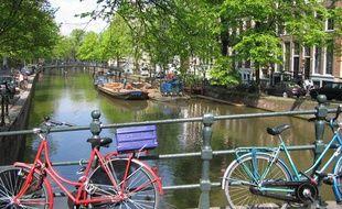 Une vue d'Amsterdam et des traditionnels vélos