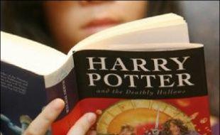 """Une bombe a été désamorcée dans la nuit de vendredi à samedi dans une voiture garée devant un centre commercial de Karachi, dans le sud du Pakistan, où devait se presser la foule dès l'aube pour la vente du dernier tome de la saga """"Harry Potter"""", a indiqué la police."""