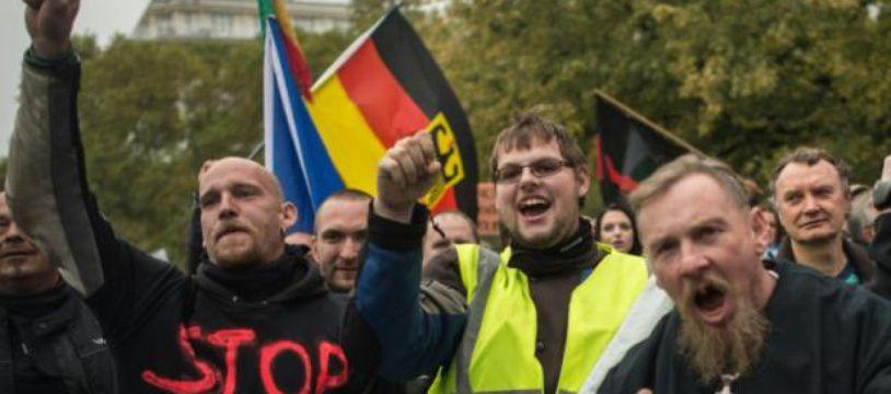 Des opposants à l'accueil des migrants manifestent à Prague le 28 octobre 2015